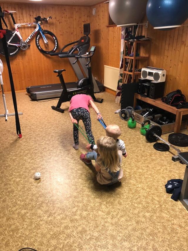 Astrid drar Stig och Maj i träningsrummet