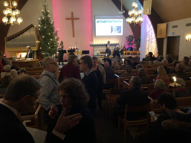 Den årliga julkonserten i Sjömarkenkyrkan var lika bra som vanligt. Det fanns en barnkör också, under ledning av familjen Thiberg. Där var Astrid med.