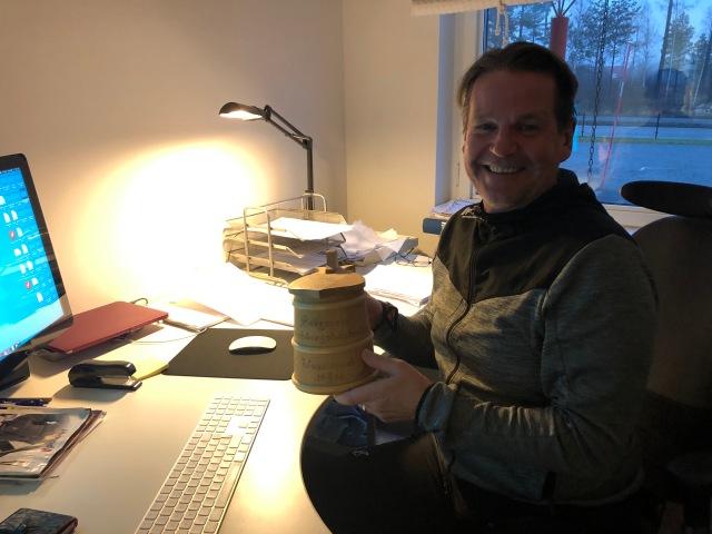 Tony Pölder med sitt bergspris från Evertsberg. En trästånka, som även kan kallas för laggkärl.