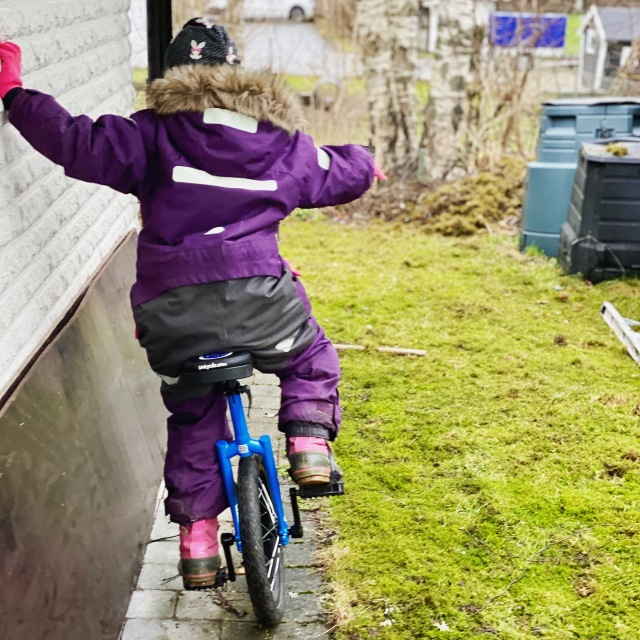 Enhjuling för barn. Astrid är 7 år och drygt 120 cm och denna enhjuling på 20 tum är lagom stor.