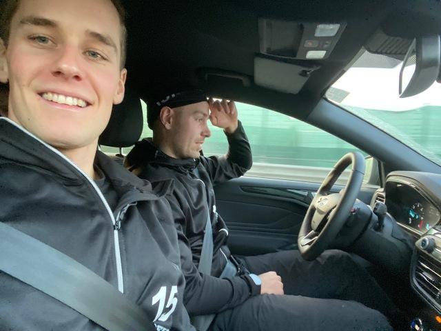 Andreas Holmberg och Anton Karlsson i Lager 157 Ski Team. Z, jag och Kanto satt i baksätet.