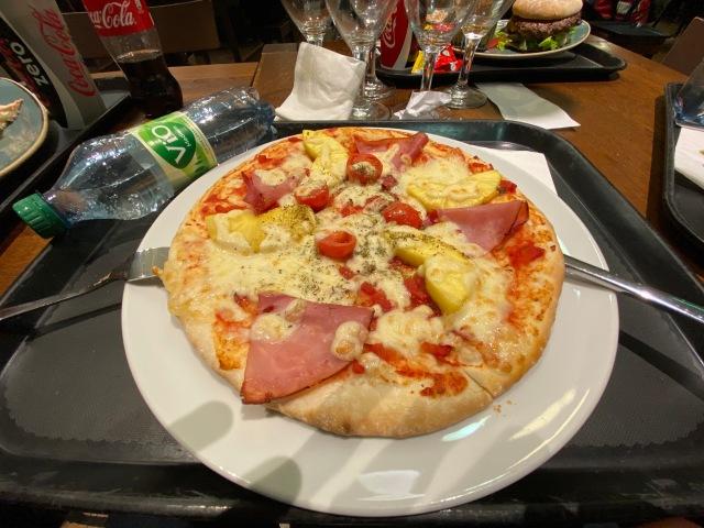 Hawaii med tomat på Münchens flygplats. Helt ok smak, men inte okej med tomat på en Hawaii.