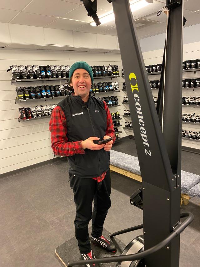 Niklas Bergh vid en SkiErg utanför Skidome i Göteborg