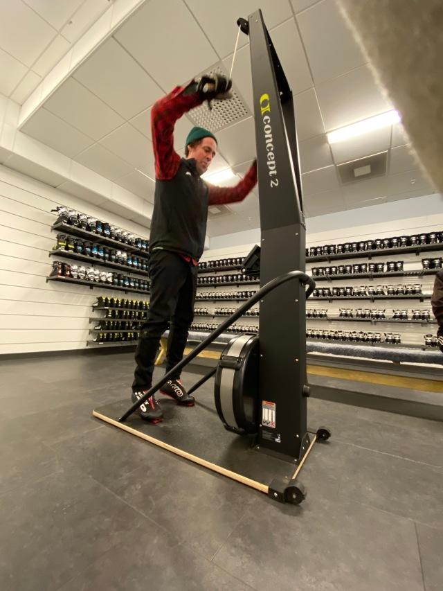 Niklas Bergh kör SkiErg utanför Skidome i Göteborg