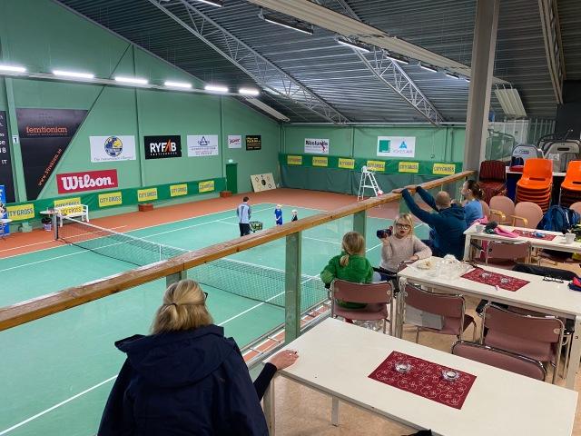 Sandareds tennishall. Astrid har börjat med tennis. Mitt första besök där på typ 20 år. Svante Odqvist, min gamla klasskompis Pers pappa, jobbade i shoppen.
