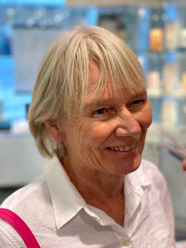 Min mor Lena Lindberg tog hål i öronen för första gången på sin 70-års-dag