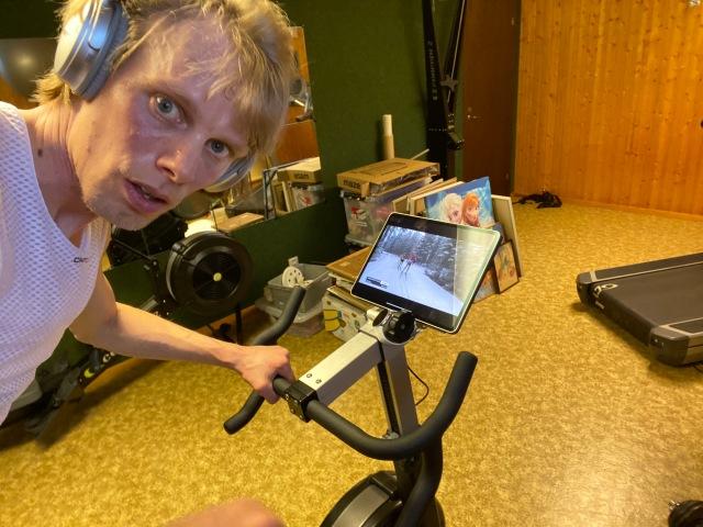BikeErg, stor iPad Pro 12,9 tum och brusreducerande hörlurar. Bästa sättet att se på Vasaloppet.