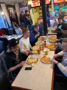 ...självklart på pizzeria Torino. När tio pers beställer pizza varav flera dubbelhawaii blir det en härlig förvirring bland pizzabagarna. Inte lätt att förstå att man ska servera 15 pizzor till ett bord med tio personer.