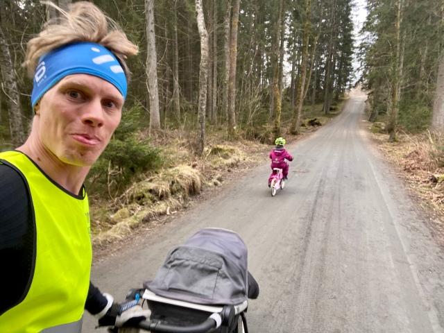 Löpning med Stig i vagnen och Maj på cykel vid Pickesjön