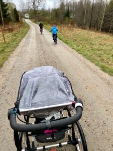 Löpning med vagn och två barn på cykel på Paradisvägen