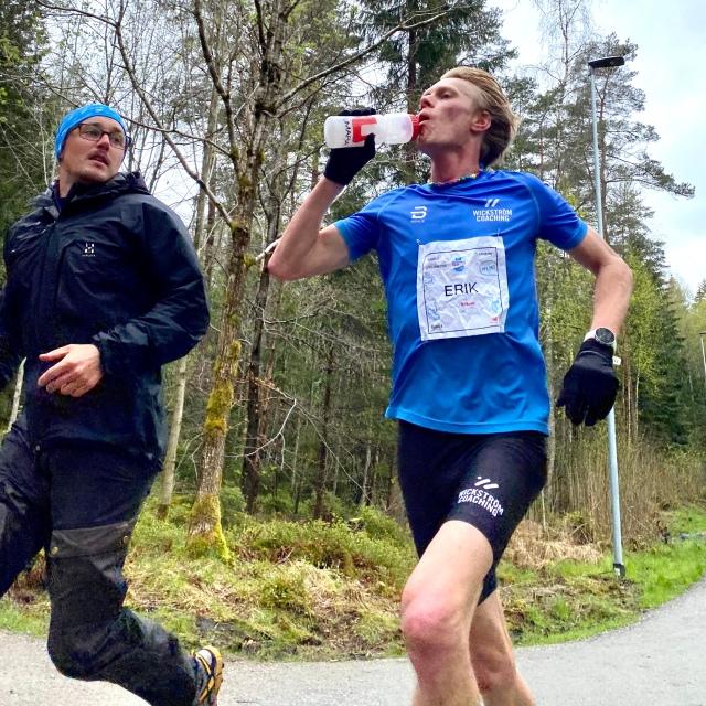 Göteborgsvarvet Virtual Race 21K 2020. Erik Thiberg langar sportdryck från Umara till Erik Wickström vid Byttorpssjön i Borås.