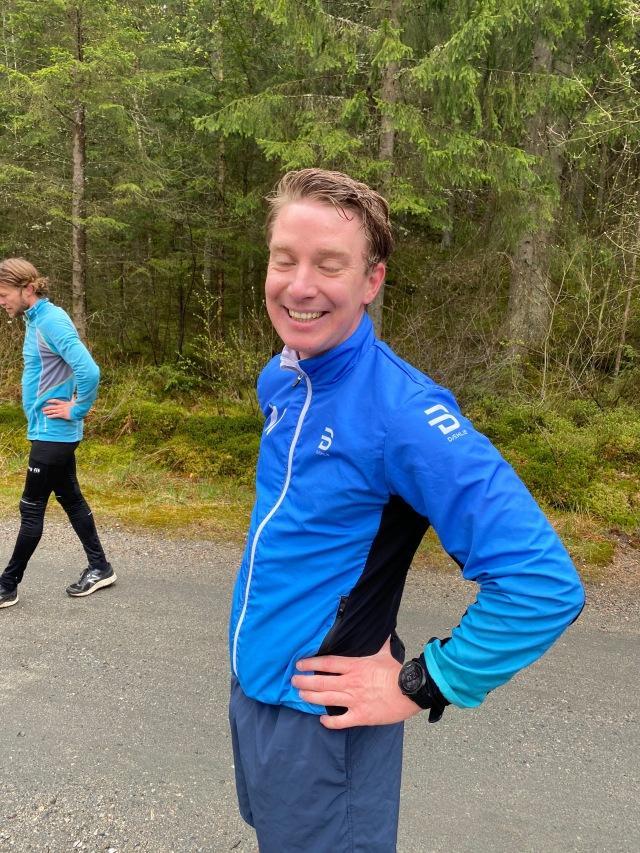 Johan Österlund. Adepten som gått från nybörjare till led 2-åkare på kort tid hängde med nästan ett helt varv runt Byttorpssjön (knappt 2 km) i typ 3.30 min/km-fart. I bakgrunden Daniel Malmerfors, som orkade ca halva varvet.