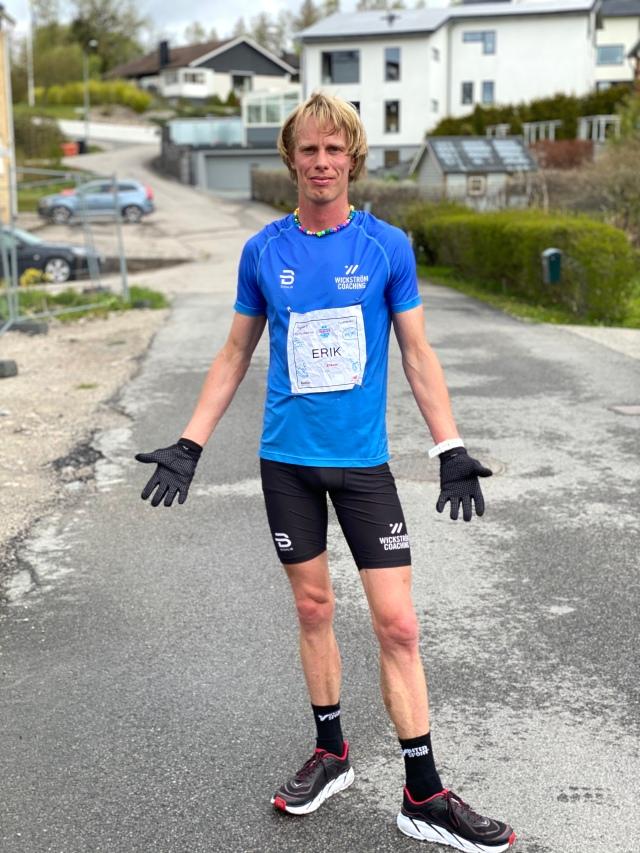 Kort-kort fast med handskar. Bästa löparklädseln svala dagar. Eller nja, man vill ju ha splitshorts och linne. De har jag inte än i Wickström Coaching-design, men det kommer om några veckor.