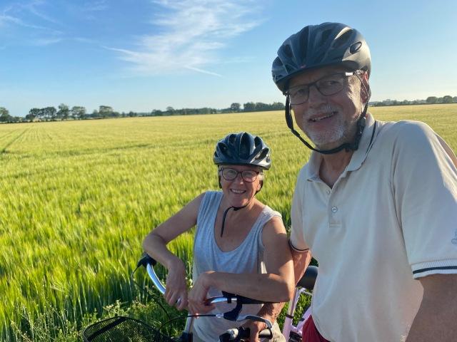 Pappa och hans sambo Inger kom och langade dricka. Inte dåligt att cykla dit från Vejbystrand. De var ute halva dagen.