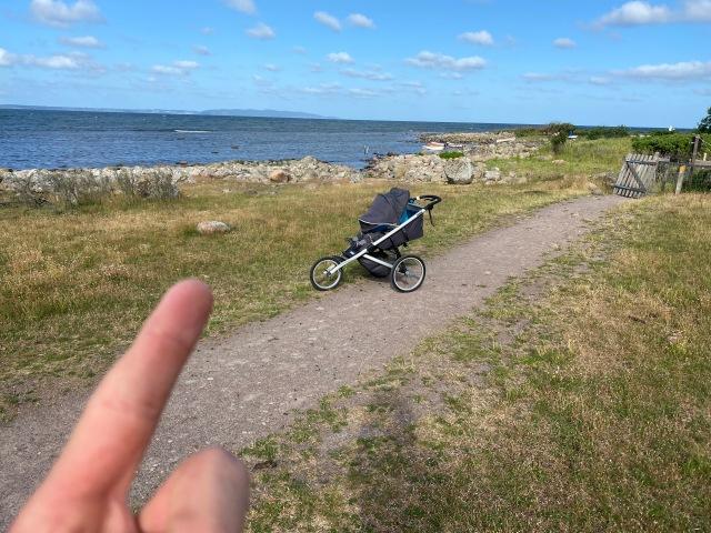Norra änden start- och målplats i höjd med stenen jag pekar på ca 5-10 m före grinden till hagen