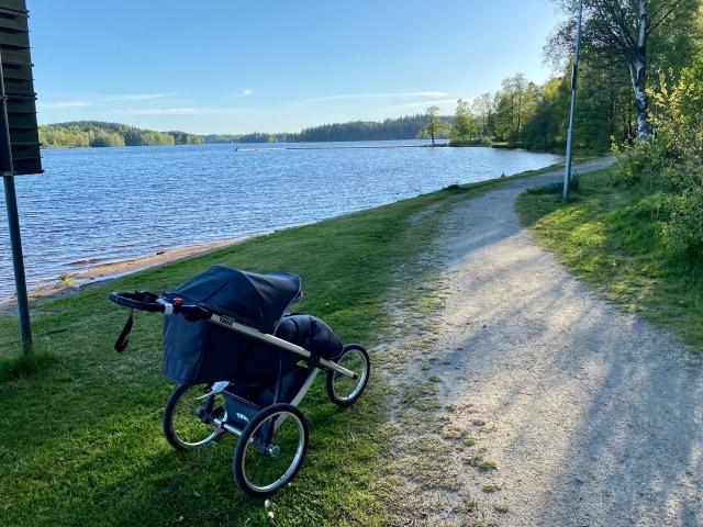 Kvällslöpning med joggingvagn vid badplatsen i Sjömarken vid Viaredssjön
