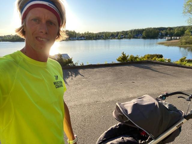 Kvällslöpning med joggingvagn i i Lyckebo vid Viaredssjön