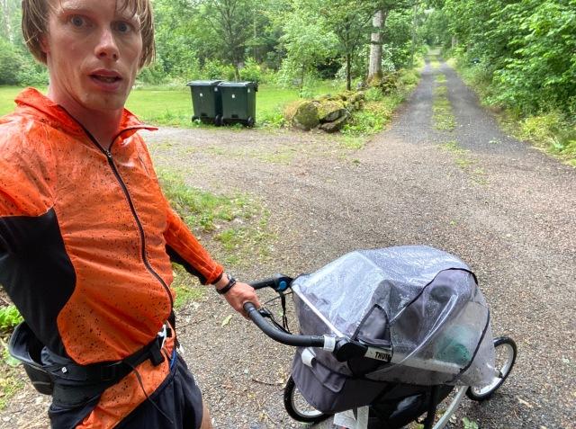 Barnvagnslöpning i regnet utanför Ljungbyhed
