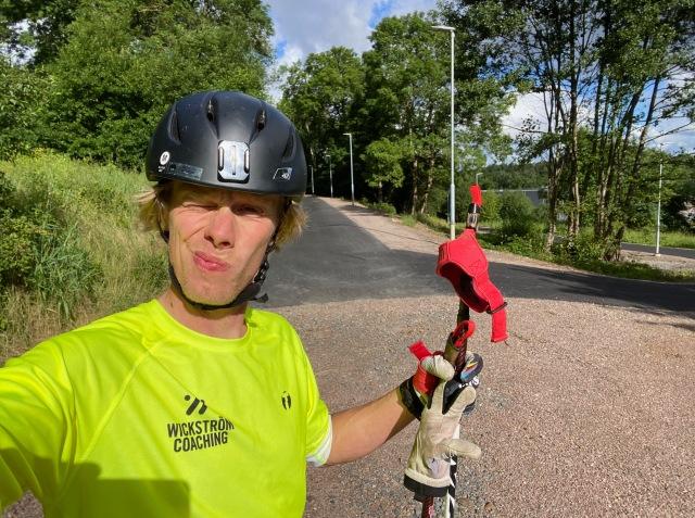 Rundans enda stopp. Där den asfalterade banvallen slutar strax öster om tågstationen i Båstad.