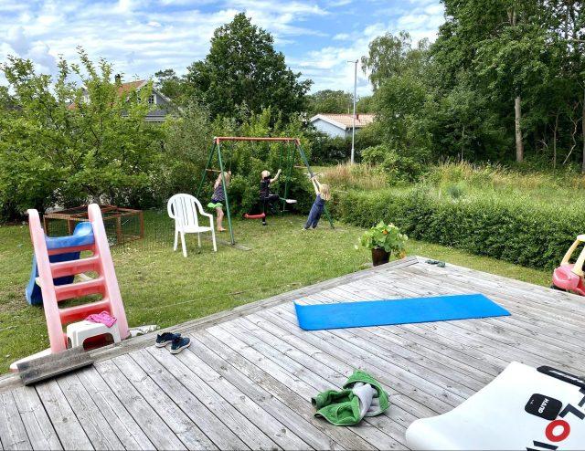 Styrketräning på gräsmattan i Vejbystrand