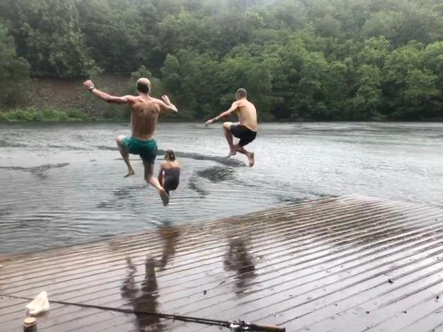Bad i Odensjön i regnväder