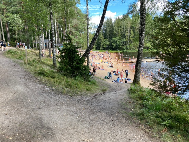 Jag är glad vi bodde på campingen i Välorna istället för Isaberg, där stranden var lite väl full med folk.