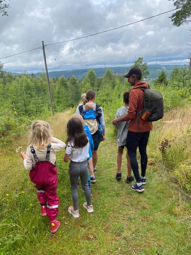 Vi gick Klarabospåret 3 km med 110 höjdmeter. Lagom start på lördagen före rodel, lekplatsen etc. Jag gillar att vandra med barnen. De är inte överexalterade direkt första kvarten, sedan går det ofta fint.