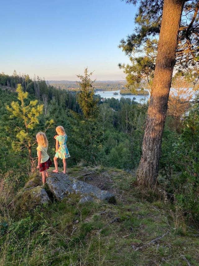 Astrid och Maj vid vindskyddet i Hultafors längs Sjuhäradsleden
