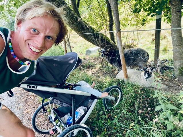 Hemmavasan X8. Trailvasan 10. Löpning med barnvagn på Paradisvägen i Sjömarken.