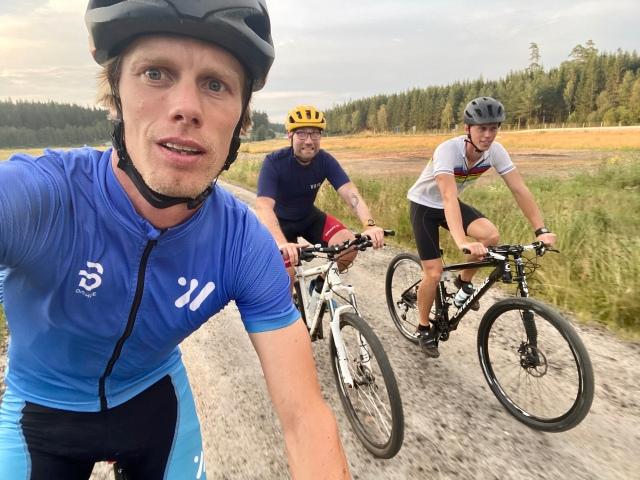 Hemmavasan i form av Cykelvasan 45 med Martin Josefsson och Tobias Magnusson. På en grusväg på MTB nära Sobacken.