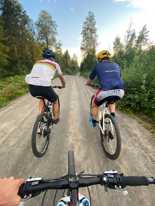 Hemmavasan i form av Cykelvasan 45 med Martin Josefsson och Tobias Magnusson. På en grusväg på MTB mellan Sobacken och Rydboholm.