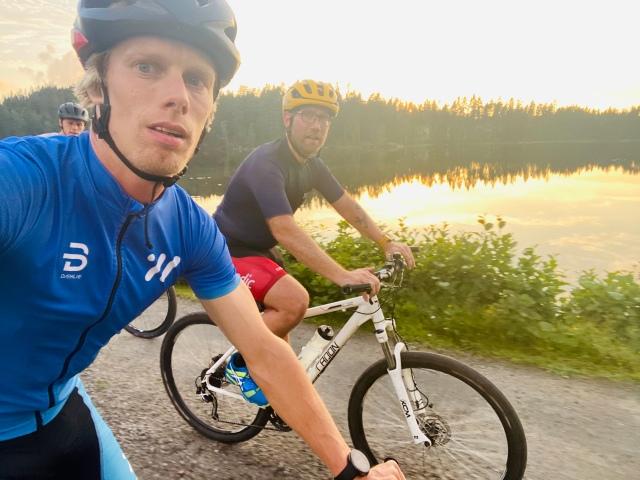 Hemmavasan i form av Cykelvasan 45 med Martin Josefsson och Tobias Magnusson. På en grusväg på MTB vid Äktasjö mellan Rydboholm och Bosnäs.