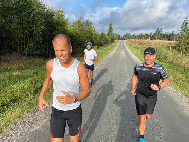 Dennis Lenberg, Andreas Tärnegård och Marcus Carlsson på den del av spåret där man springer på grusväg