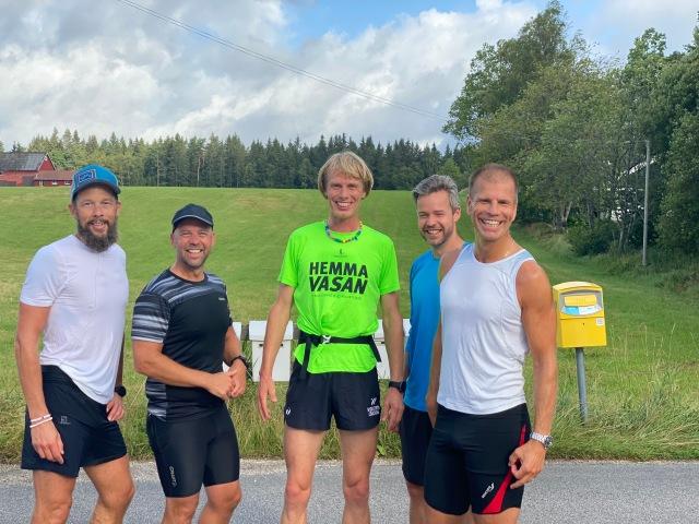 Tror det här är på väg ut på andra varvet. Andreas Tärnegård (sprang också 90 km), Marcus Carlsson, jag, Henrik Malmberg och Dennis Lenberg.