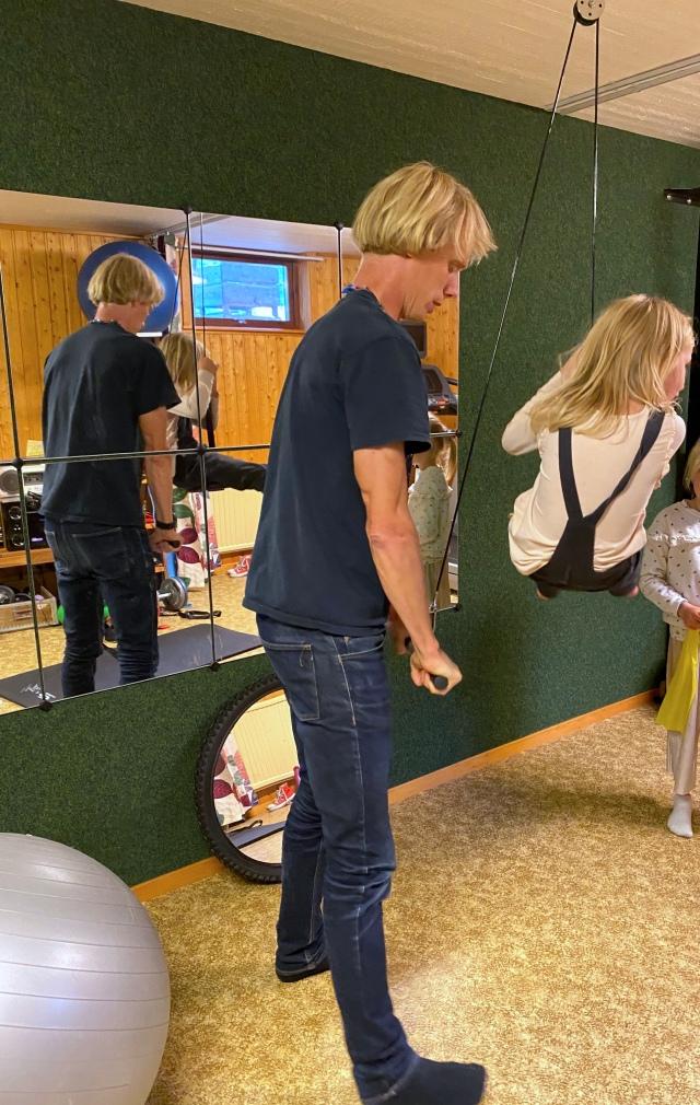 Tricepspress med Maj hemma i atletklubben i källaren