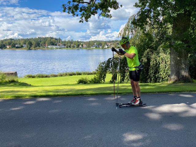 Erik Thiberg åker rullskidor i Wickström Coaching-tischa på Lyckebovägen i Sjömarken vid Viaredsjön
