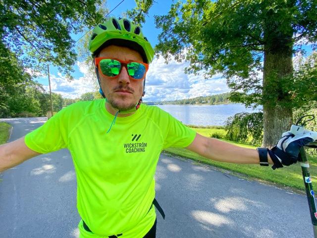 Erik Thiberg på rullskidor i Wickström Coaching-tischa