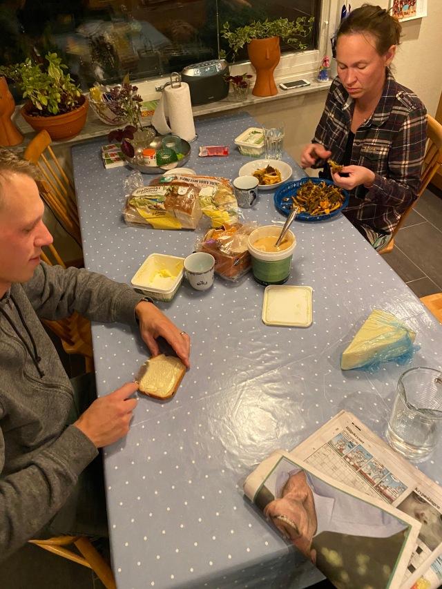 Te och mackor efter styrkan med Martin Josefsson är fin tradition. Ida, som för tredje gången på lika många veckor körde 10 st 1 min-intervaller på BikeErgen, rensade svamp. Jag fick mjuk sötat bröd av Martin i för tidig födelsedagspresent, vilket jag är oerhört svag för och konsumerar i stora mängder.