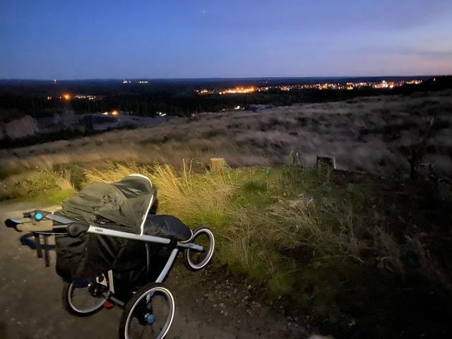 Barnvagnslöpning i short och pannlampa. Älskar att komma ut på stenbrottet själv med vagn med pannlampa. Helt själv i ett stort nät av grusvägar och rejäl utsikt.
