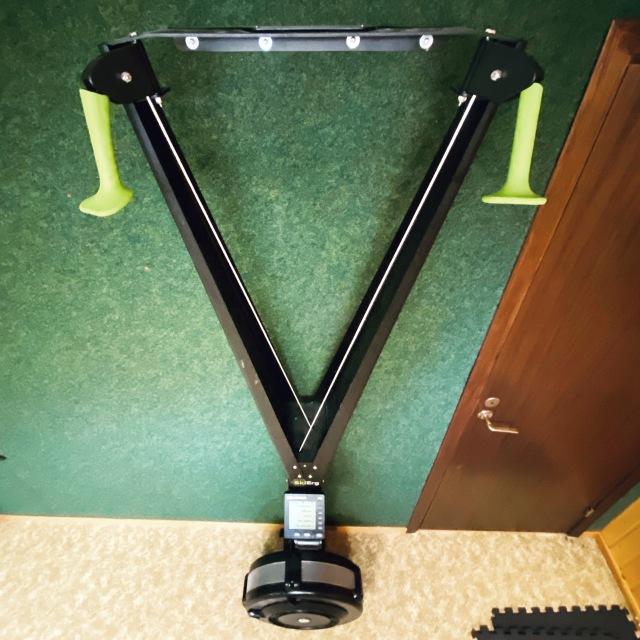 SkiErg fotat som en kvadrat i atletklubben hemma i källaren. Stakmaskin.