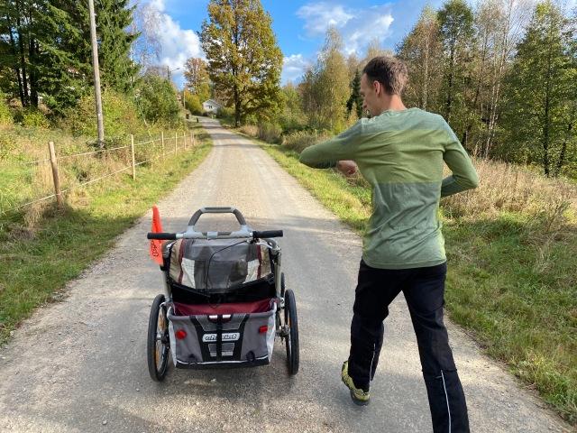 Barnvagnslöpning med Charioten med Dan Sundström på Paradisvägen. Grusväg i Sjömarken.