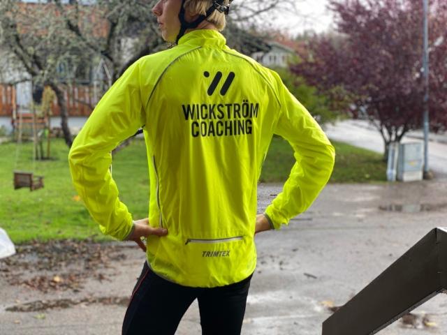Wickström Coaching-kläder. Tunn och lätt visibilitetsjacka som tål en del vind och regn.