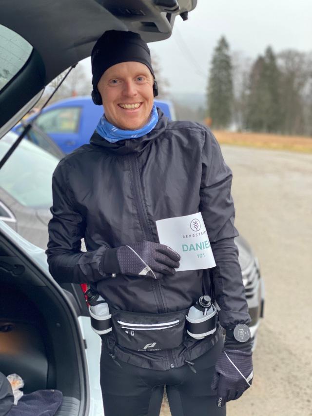 Daniel Ernstsson, som jobbar på/för Sjömarkens IF, sprang också. Vi värmde upp ihop och hans pappa hejade i Hultafors.