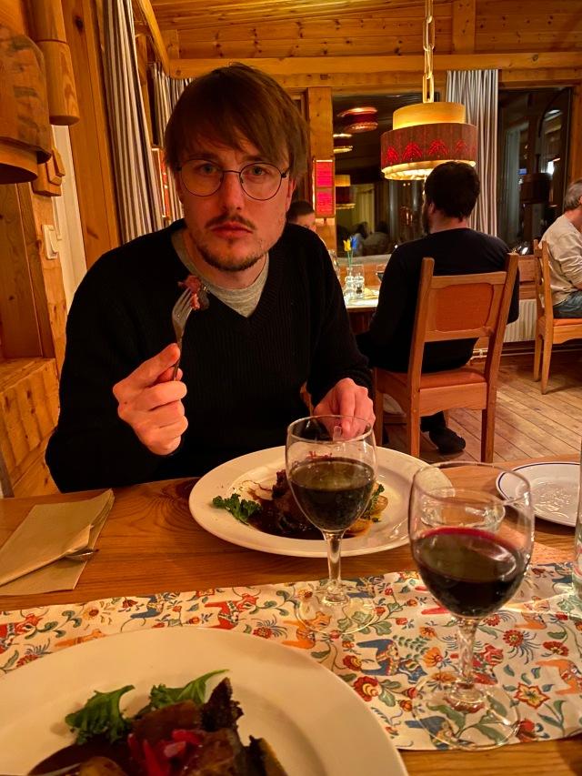 Bra mat på STF Grövelsjön Fjällstation. Här oxkind och rödvin med Erik Thiberg.
