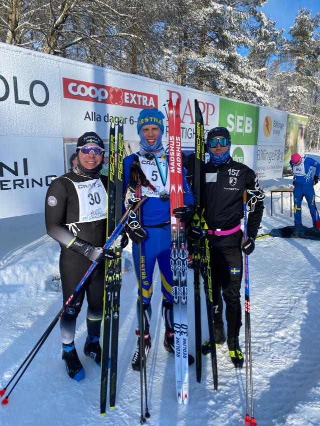 Jonatan Steen (som var väldigt nöjd med att nå målet före mig), jag och segraren Marcus Johansson efter Billingens långlopp 2021
