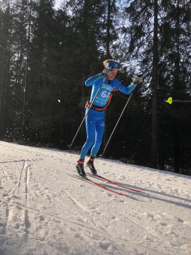 Stakning på Hestra IFs konstsnöspår. Foto: Johan Österlund.