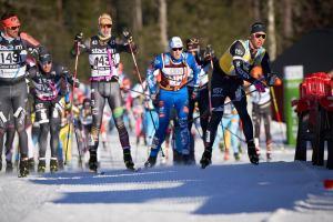 Titta noga på hur Emil Persson har vinklat bort stavremmen. Det gjorde att han lyckades fånga denna flaska i hög fart i Mångsbodarna. Foto: Magnus Östh.
