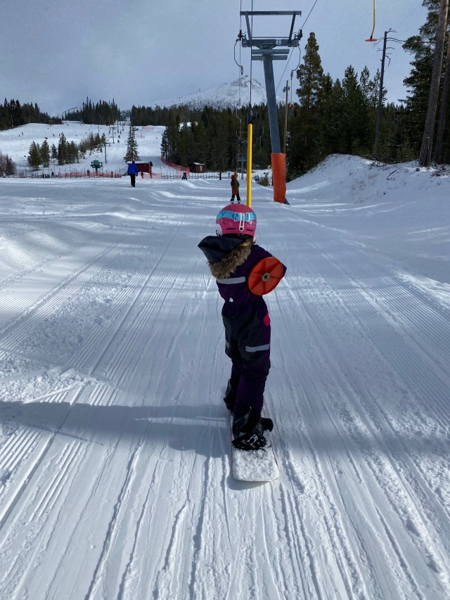 Maj testade snowboard för första gången förutom en liten gång hemma i Sjömarken