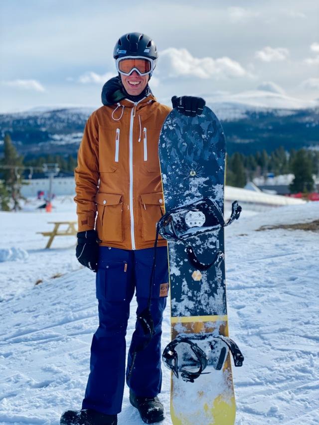 Min första snowboard sedan gymnasiet! Begagnad Salomon. 2250 kr inkl bräda, bindning och boots.