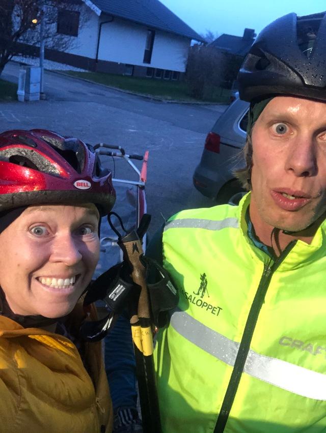 Ida, Stig och jag efter en tur på Viared. Ida på cykel, jag på rullskidor med Stig i vagnen.